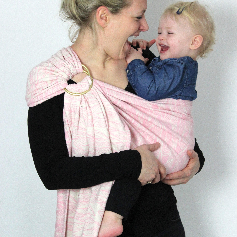 Mutter und Tochter haben Spaß im Ringsling